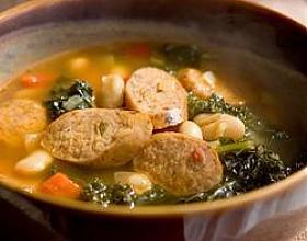 Испанский суп с фасолью и колбасками-гриль