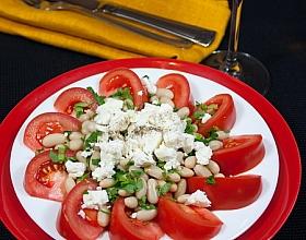 Салат из томатов и фасоли в средиземноморском стиле