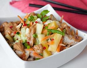 Салат с курицей, ананасом и арахисовой заправкой