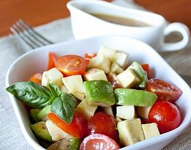 Салат из помидоров и авокадо с медово-беконной заправкой