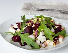 Салат из козьего сыра и свеклы с рукколой