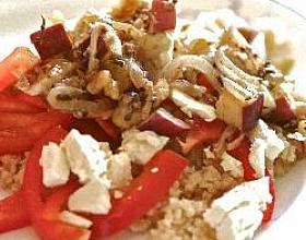 Теплый салат с булгуром, грушей и горгонзолой